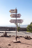 Riktningstecken på monteringen Bental på gränsen mellan Israel och Syrien Fotografering för Bildbyråer