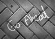 Riktningstecken på trottoar Arkivbilder