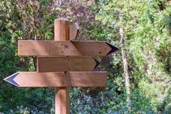riktningstecken, pilar som pekar i träna Royaltyfria Bilder