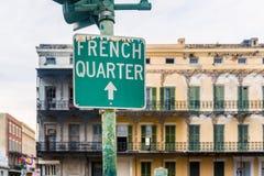 Riktningstecken till den franska fjärdedelen i New Orleans Royaltyfri Bild