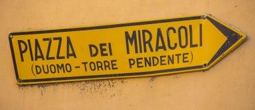Riktningstecken till den Miracoli fyrkanten i Pisa - PISA ITALIEN - SEPTEMBER 13, 2017 Royaltyfri Foto