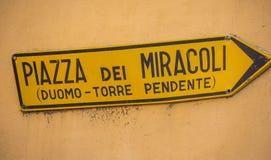 Riktningstecken till den Miracoli fyrkanten med det lutande tornet Arkivbilder