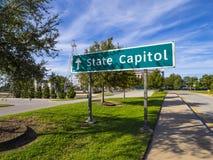 Riktningstecken till den Oklahoma tillståndsKapitolium Royaltyfri Bild