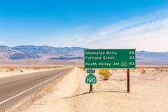 Riktningstecken till destinationer i Death Valley Kalifornien USA Arkivfoto