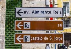 Riktningstecken till helgonet George Castle i Lissabon - LISSABON - PORTUGAL - JUNI 17, 2017 Fotografering för Bildbyråer