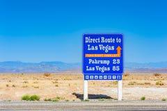 Riktningstecken till Las Vegas från den Death Valley nationalparken Kalifornien USA Fotografering för Bildbyråer