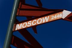 Riktningstecken till Moskva 2446 km arkivbild