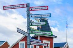 Riktningstecken till turist- dragningar, i Akureyri Royaltyfri Fotografi