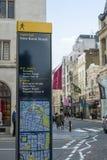 Riktningsteckenstolpe i Mayfair Royaltyfri Fotografi