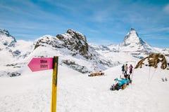 Riktningsteckenstolpe med bakgrunden av Matterhorn Royaltyfri Foto