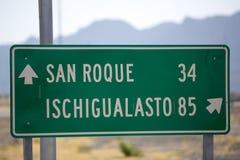 Riktningsteckenstolpe till Ischigualasto och San Roque på Ruta 40 Royaltyfri Fotografi