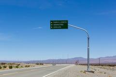 Riktningsvägmärke till pampas El Leoncito på ruta 40, Argentina Arkivbilder