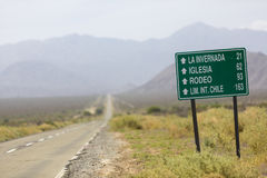 Riktningsvägmärke till rodeon och Chile på ruta 40, Argentina Royaltyfri Fotografi