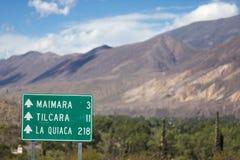 Riktningsvägmärke till Tilcara och La Quiaca på ruta 40, Argen Arkivbild