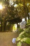 Rikugien arbeta i trädgården inredörren för ` s i Tokyo gjorde av trä och tegelplattor royaltyfria foton