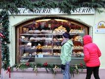 RIKVIR, ELSAS - 12 de diciembre de 2018: hornada tradicional de Alsacia en un escaparate de la panadería Los compradores están co Foto de archivo