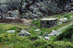 Rila山的被放弃的谷仓 库存照片
