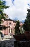 Rila/Bulgária - 04142019: Monastério de Rila com neve na igreja ortodoxa das montanhas foto de stock royalty free