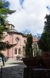 Rila/Bulgarien - 04142019: Rila kloster med insnöat den ortodoxa kyrkan för berg royaltyfri foto