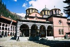 Rila/Bulgarien - 04142019: Rila-Kloster mit Schnee in der Bergorthodoxen Kirche stockfotos