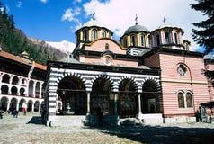 Rila/Bulgarien - 04142019: Rila-Kloster mit Schnee in der Bergorthodoxen Kirche lizenzfreie stockbilder