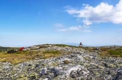RILA góry BUŁGARIA, SIERPIEŃ, - 08, 2012: Skrzypaczka próbuje dla Paneurhythmy okręgu tana Biały bractwa membe Obrazy Royalty Free