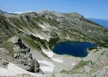 Rila góry w Bułgaria, głębokich błękitnych jeziorach i szarość rockowym szczycie podczas słonecznego dnia z jasnym niebieskim nie Fotografia Stock