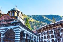 Rila-Kloster, Bulgarien und Herbstberge lizenzfreies stockfoto