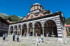 Rila kloster, huvudsaklig kyrklig byggnad under berömmen av 15th Augusti Royaltyfri Foto