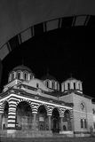 Rila kloster under bågen Arkivbilder