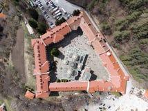 Rila-Kloster-Vogelanblick von einem Brummen Vogelperspektive eines orthodoxen Klosters in den Bergen stockbild