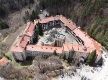 Rila-Kloster-Vogelanblick von einem Brummen Vogelperspektive eines orthodoxen Klosters in den Bergen lizenzfreie stockfotografie