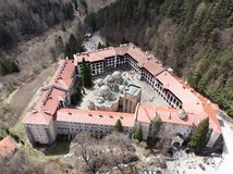 Rila-Kloster-Vogelanblick von einem Brummen Vogelperspektive eines orthodoxen Klosters in den Bergen stockfotos