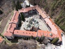 Rila-Kloster-Vogelanblick von einem Brummen Vogelperspektive eines orthodoxen Klosters in den Bergen stockfotografie
