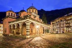 Rila-Klosterkirche in der blauen Stunde lizenzfreies stockfoto