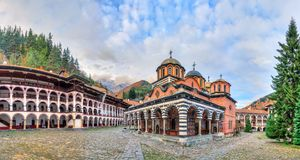 Rila-Klosterpanorama mit Wolken Stockfotos