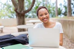 rilassamento africano dello studente di college Fotografie Stock