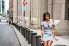 Rilassamento afroamericano della donna di affari, prendente la pausa di lavoro sulla st Fotografie Stock Libere da Diritti