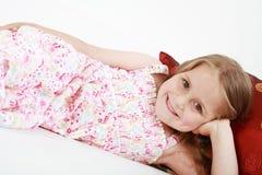Rilassamento allegro sveglio della bambina Fotografia Stock