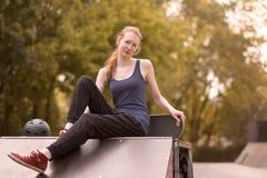 Rilassamento atletico della giovane donna all'aperto Fotografie Stock