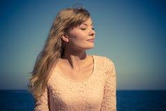 Rilassamento biondo adorabile della ragazza all'aperto dalla spiaggia Fotografia Stock Libera da Diritti