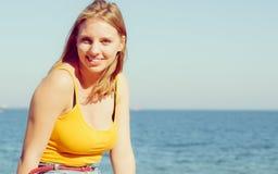 Rilassamento biondo adorabile della ragazza all'aperto dalla spiaggia Immagine Stock Libera da Diritti