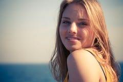 Rilassamento biondo adorabile della ragazza all'aperto dalla spiaggia Fotografie Stock Libere da Diritti
