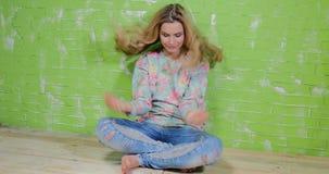 Rilassamento biondo della ragazza archivi video