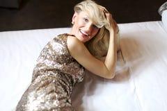 Rilassamento biondo sensuale della donna. Fotografie Stock