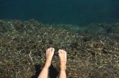 Rilassamento dei piedi nel lago fotografia stock libera da diritti