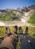 Rilassamento dei piedi uomo e della donna delle coppie all'aperto Fotografia Stock