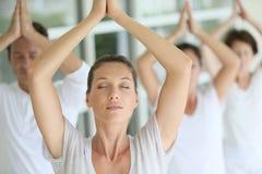 Rilassamento del gruppo durante la classe di yoga fotografie stock libere da diritti