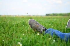 Rilassamento dell'uomo all'aperto sull'erba fresca Fotografia Stock