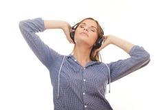 Rilassamento della giovane donna e musica d'ascolto fotografia stock